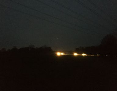 23.11.2020  Autolichter auf der Autobahn hinter der Wiese / Car lights on the motorway behind the meadow Matthias Harnisch * Kunst & Natur