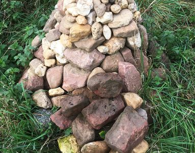 22.10.2020  Mittlerweile sind die aufgesammelten  Feldsteine zu einem recht ansehnlichen Steinhaufen angewachsen / By now, the collected field stones have grown into a respectable Cairn Matthias Harnisch * Kunst & Natur